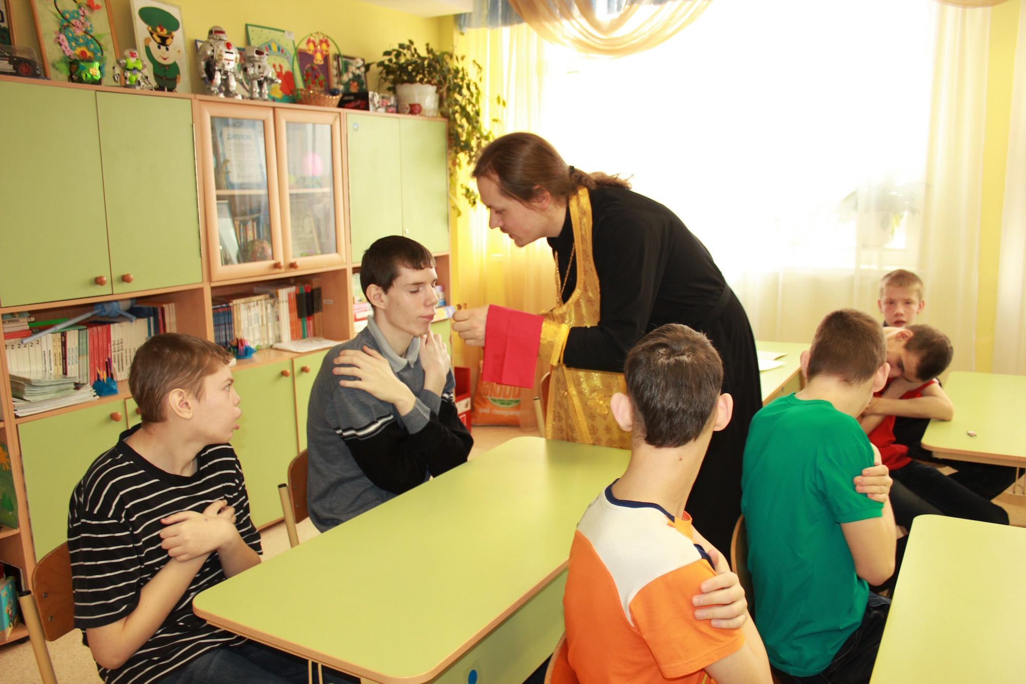 Причастие воспитанников Коломенского дома-интерната для умственно-отсталых детей-сирот
